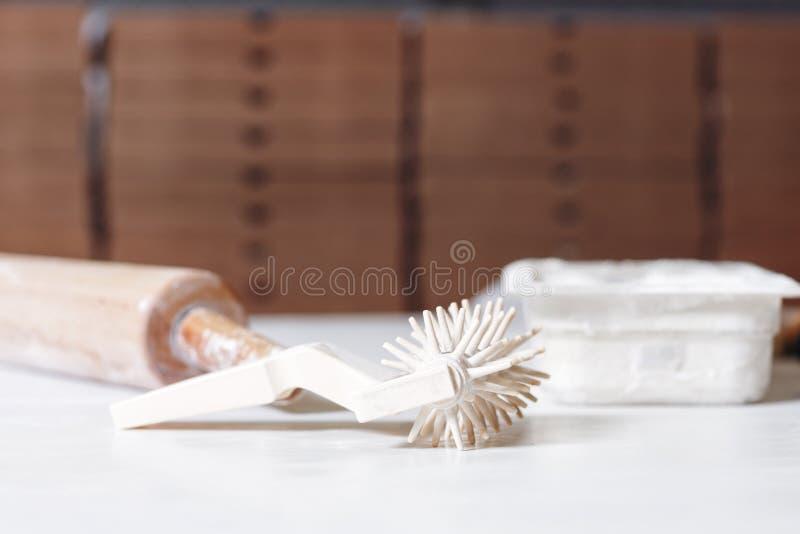 薄饼coocking的工具和器物在木桌上 免版税库存图片
