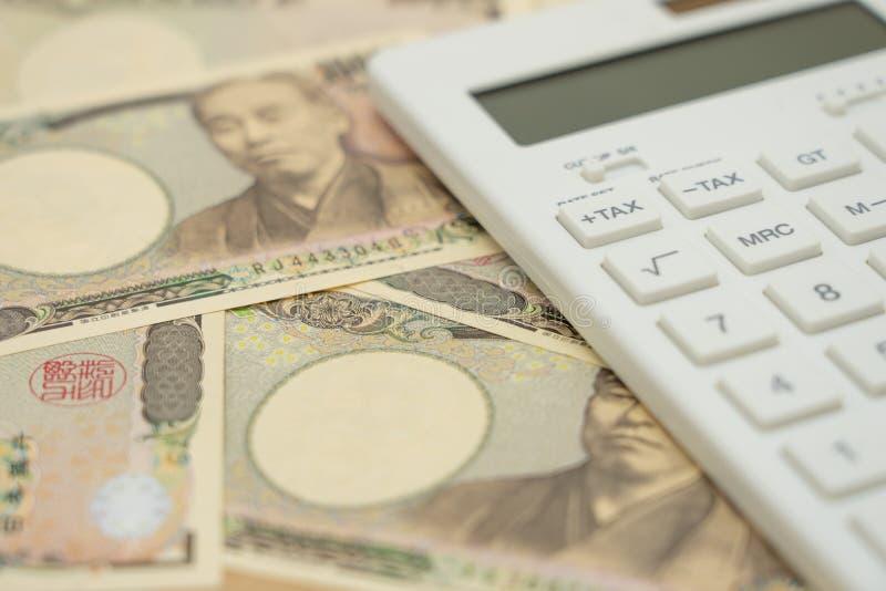 薪水队列在木词投入的年税时间手表的年收入税税和白色键盘使用作为背景 库存图片