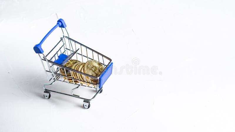 薪水隐藏货币:超级市场推车充满bitcoin金币在白色背景的 复制空间 免版税库存图片