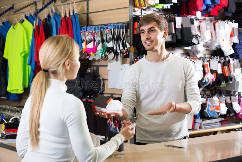 薪水书桌的出纳员帮助的顾客 免版税库存照片
