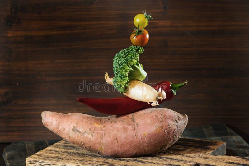 薯类果子、辣椒、葱、硬花甘蓝和蕃茄金字塔  项目符号 免版税库存图片
