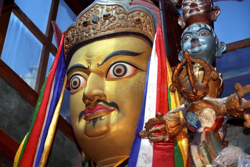 藏传佛教创建者修道院Zhidung gompa的Padmasambhava宗师仁波切雕象  免版税库存照片