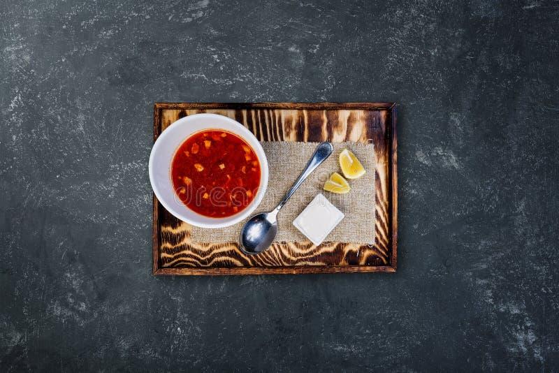 藜科冈羊栖菜属植物用在一个白色碗的柠檬 库存图片