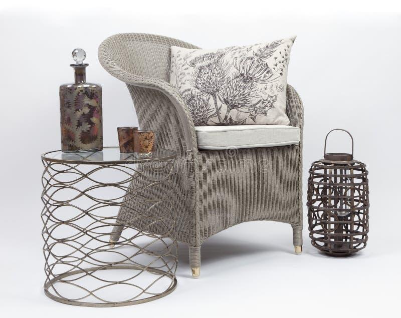藤椅和坐垫与旁边桌 库存图片