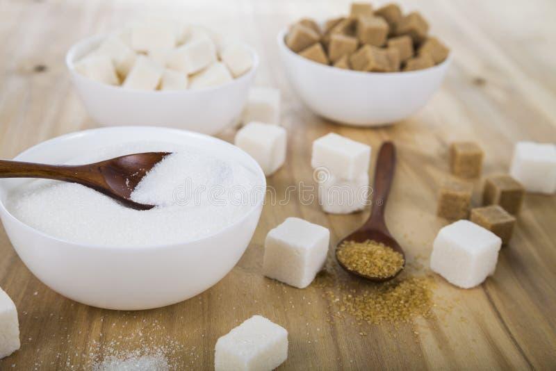 藤茎和白糖在白色碗 库存图片