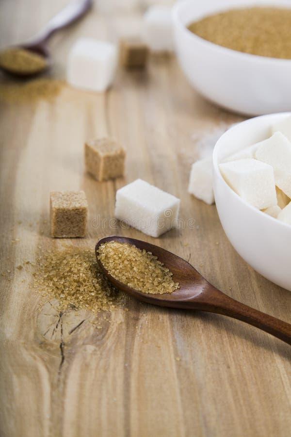 藤茎和白糖在白色碗 免版税库存图片