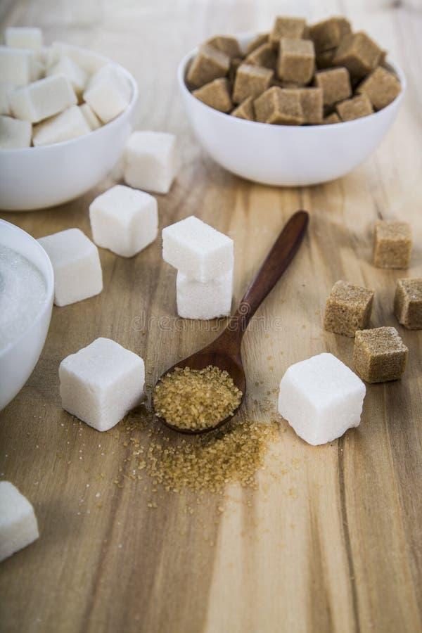 藤茎和白糖在白色碗 免版税图库摄影