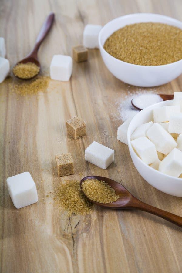 藤茎和白糖在白色碗 库存照片
