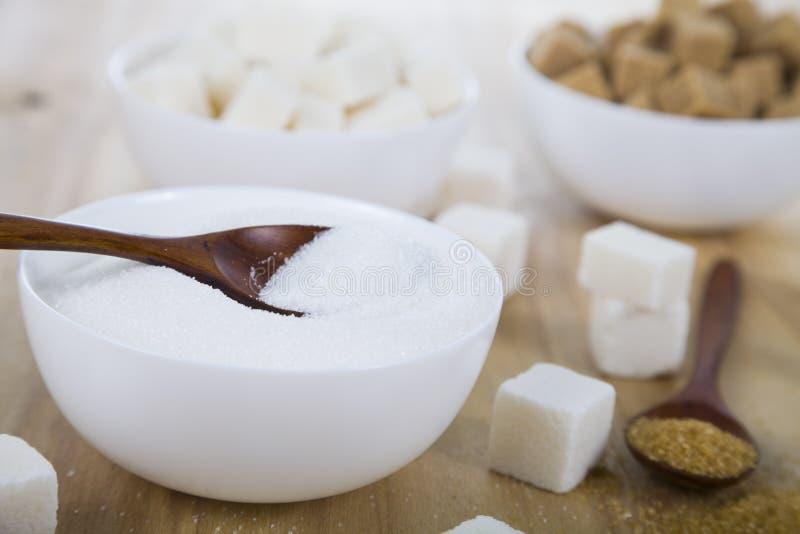 藤茎和白糖在白色碗 图库摄影