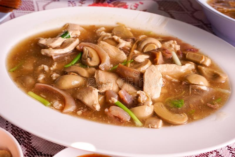 蘑菇、猪肉和干乌贼油煎了用牡蛎调味汁 免版税库存照片