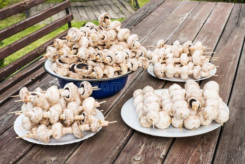 蘑菇串起准备好格栅 库存图片