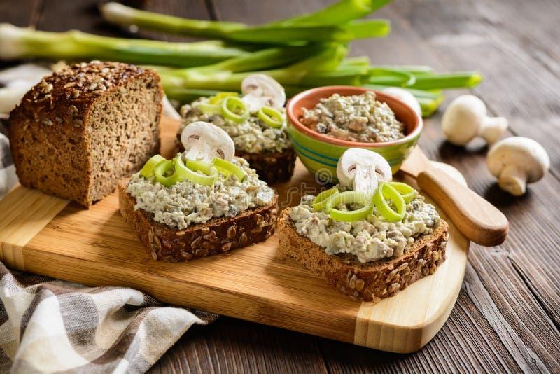 蘑菇传播用羊乳干酪乳酪和韭葱 免版税库存图片