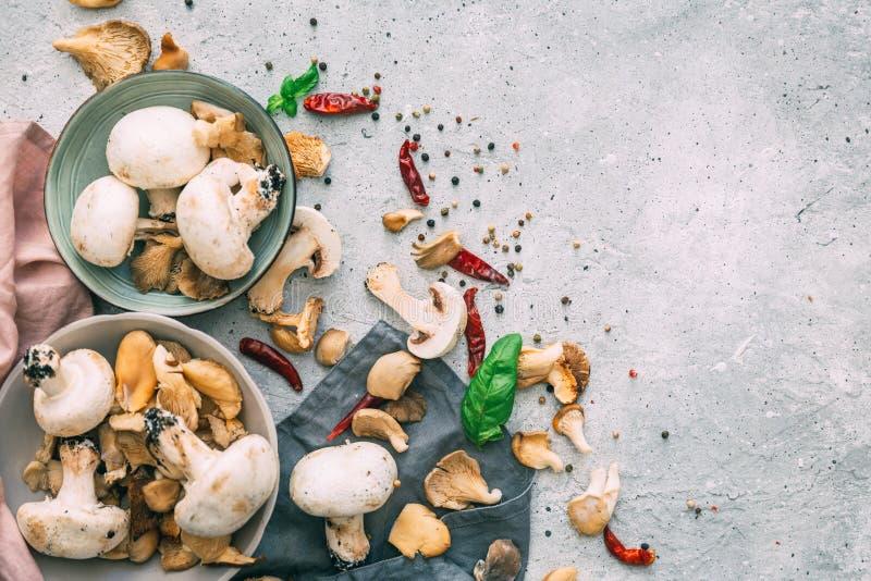 蘑菇和一张桌布的一张顶视图在葡萄酒 库存照片