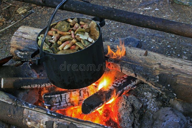 蘑菇在一个老金属平底锅被烹调 图库摄影