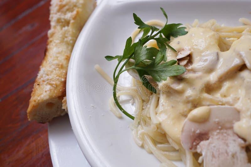 蘑菇白酱和欧芹煮意大利面 免版税库存照片