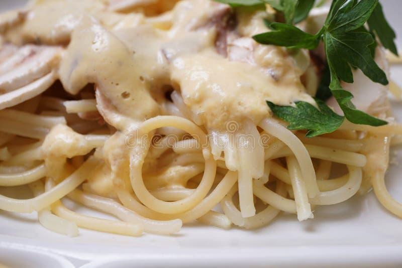 蘑菇白酱和欧芹煮意大利面 库存图片