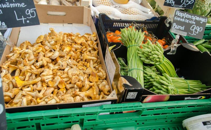 黄蘑菇蘑菇和未加工的新鲜的芦笋待售在城市m 库存图片