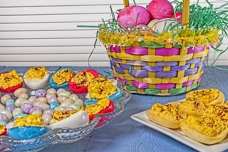 蘸芥末蛋,复活节上色了,糖果 免版税图库摄影