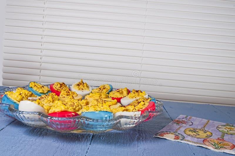 蘸芥末蛋,复活节上色了 免版税图库摄影
