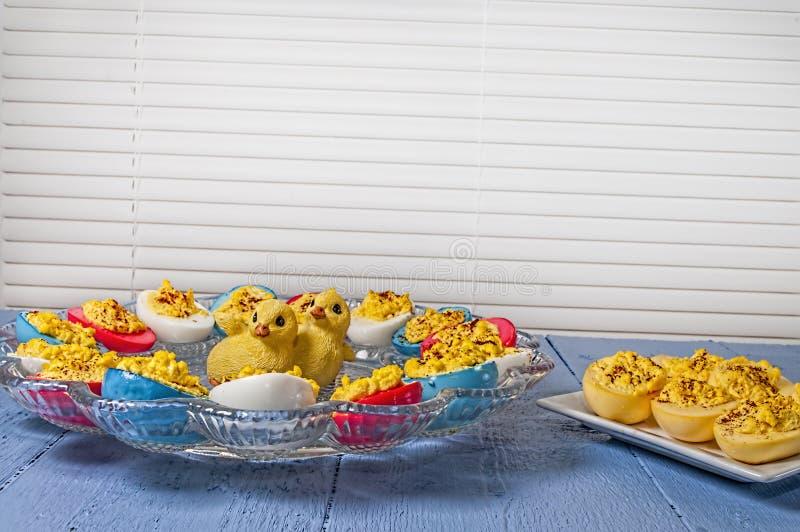 蘸芥末蛋,复活节上色了 免版税库存照片