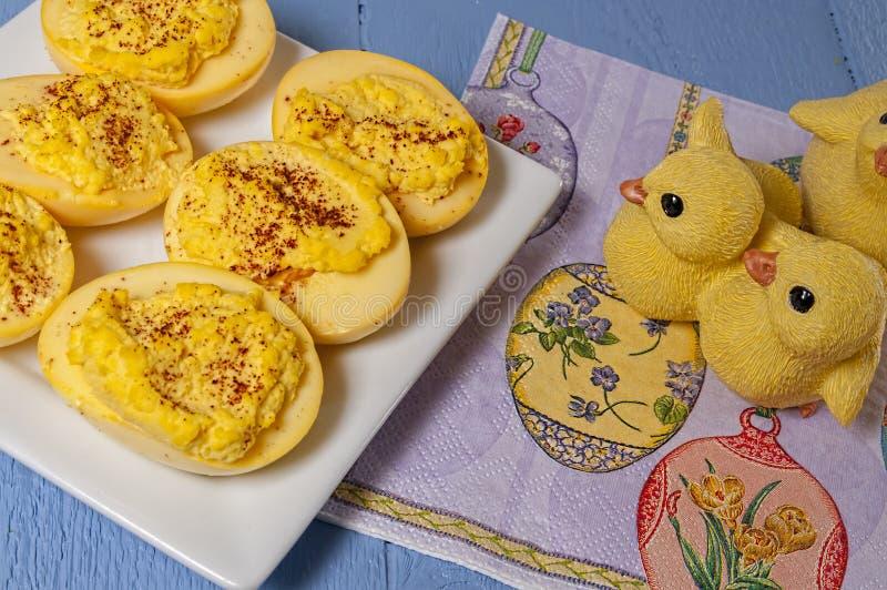 蘸芥末蛋,复活节上色了 免版税库存图片