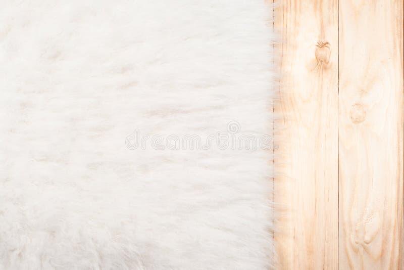 虚假在轻的木自然地板上的毛皮背景 顶视图,拷贝空间 库存图片