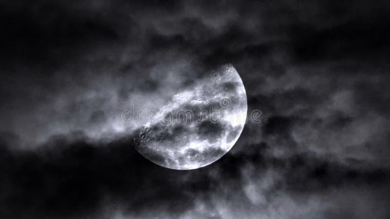 虚度在多云天空和剧烈的黑暗的云彩 库存图片