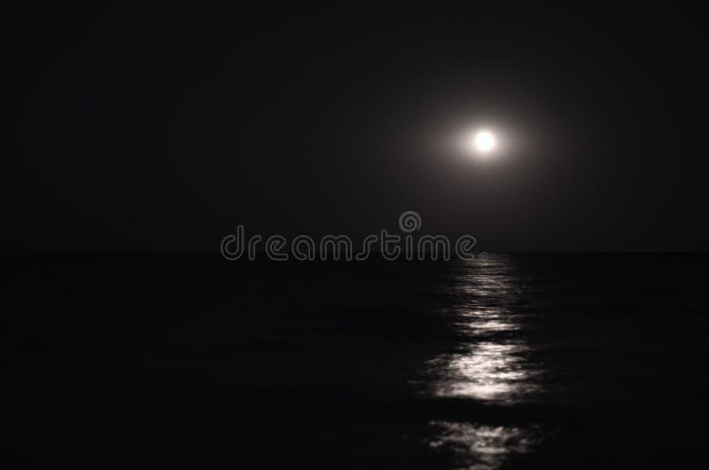 虚度在夜空,海天线,波浪 库存照片