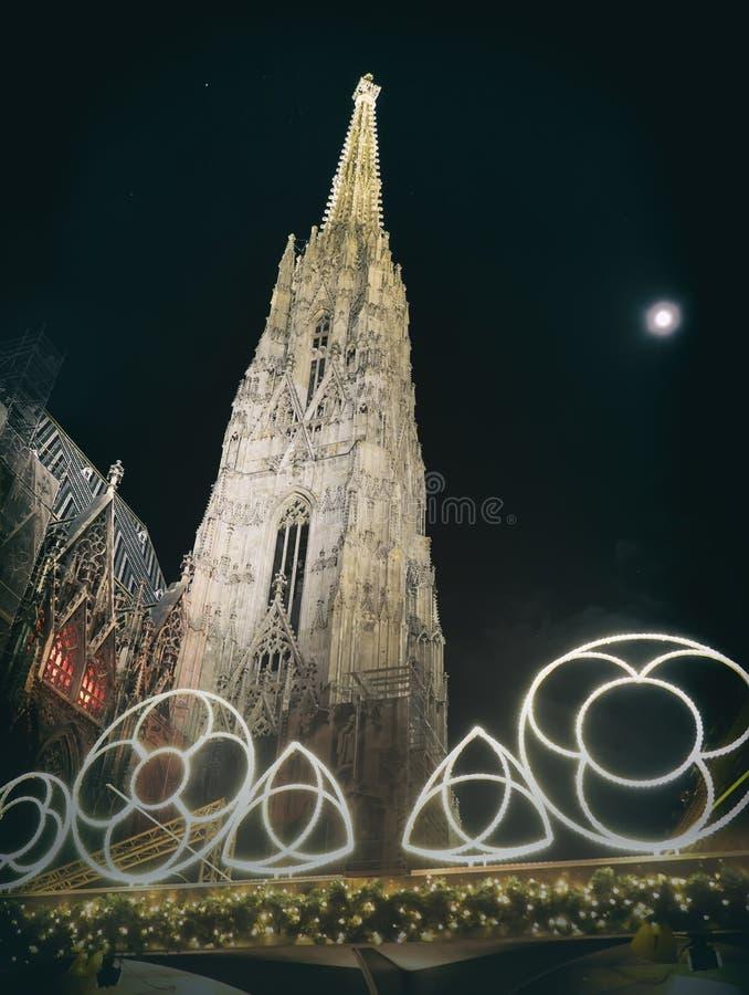 虚度在天空在斯蒂芬大教堂附近在圣诞夜 图库摄影