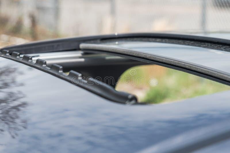 虚度在晴天打开的现代汽车的太阳屋顶 免版税库存照片