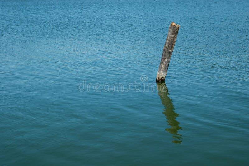 虚弱的杆在海 免版税图库摄影