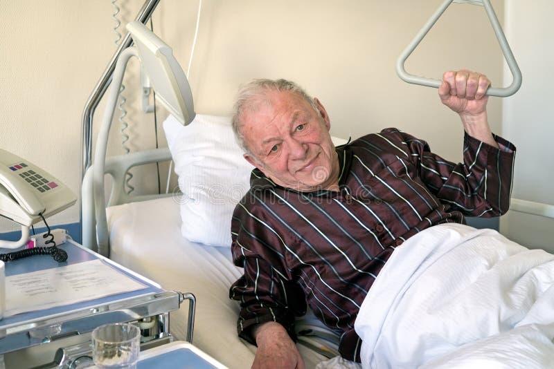 虚弱老人在医院病床上 库存图片