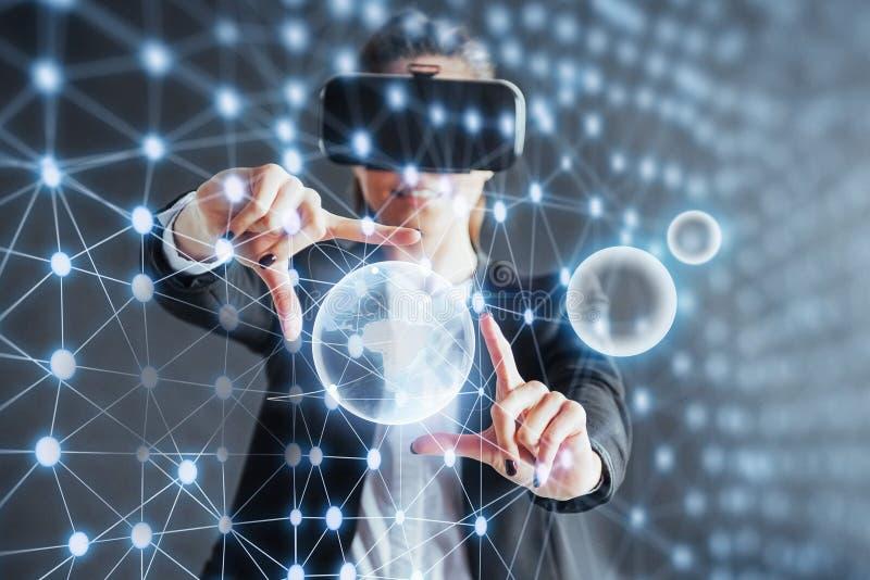 虚拟现实、3D技术、网际空间、科学和人概念- 3d接触投射的玻璃的愉快的妇女 免版税图库摄影