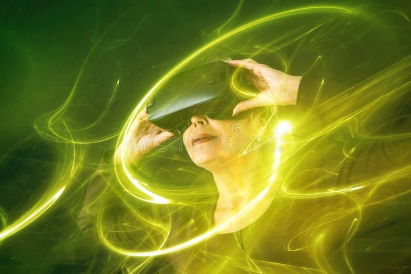 虚拟现实玻璃的一名年长妇女 视觉效果 使用现代技术的一个年长人 库存照片