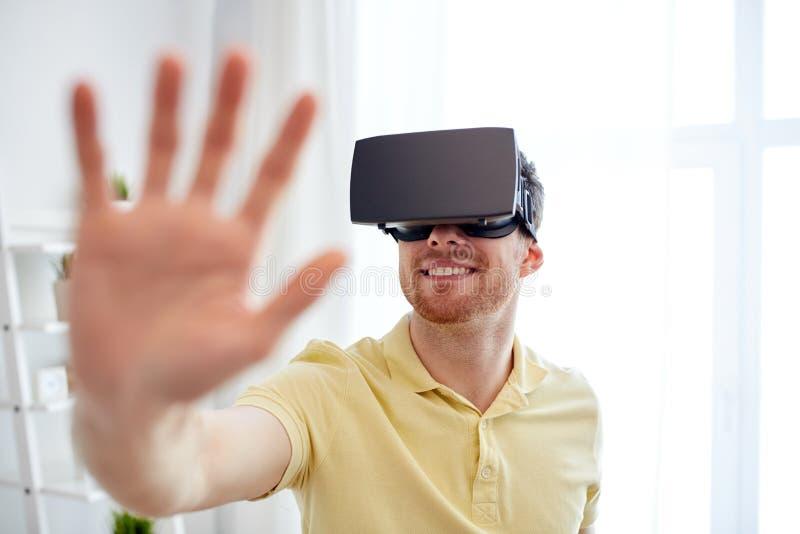 虚拟现实耳机或3d玻璃的年轻人 免版税库存图片