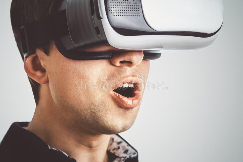 虚拟现实玻璃的人 库存照片