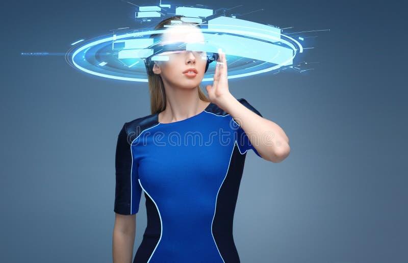 虚拟现实3d玻璃的妇女与屏幕 免版税库存图片