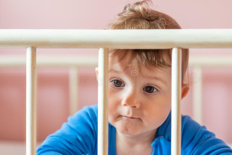 虚构的婴孩 他的小儿床的男婴 免版税图库摄影