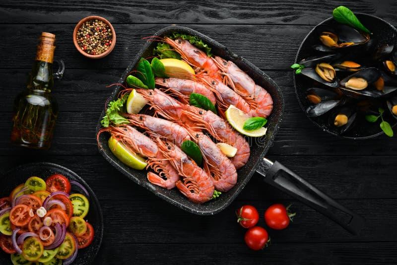 ?? 虾和淡菜在煎锅 免版税库存图片