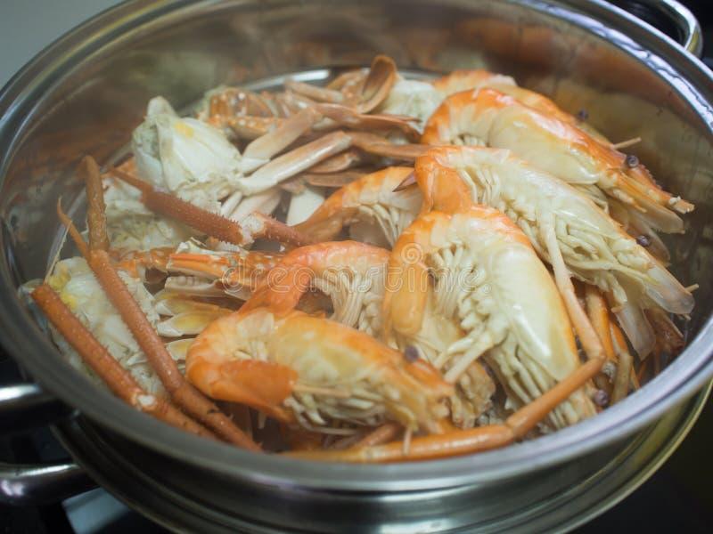 虾和螃蟹由在不锈钢火轮罐的蒸汽烹调了 图库摄影