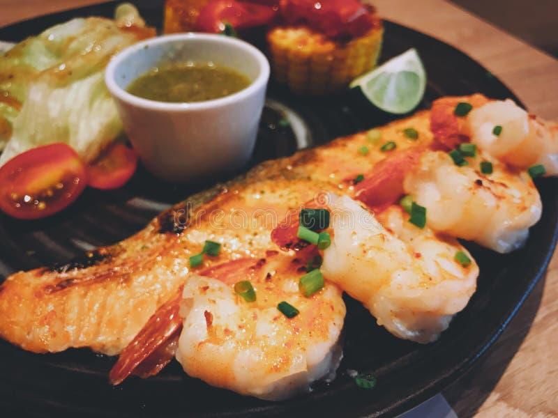 虾和鲑鱼排用海鲜浸洗调味料 库存照片