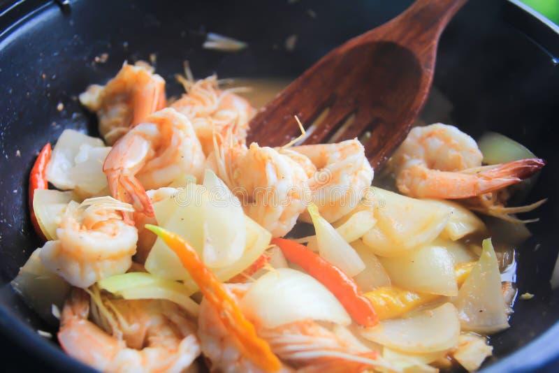 虾在平底锅的混乱油炸物, 免版税图库摄影