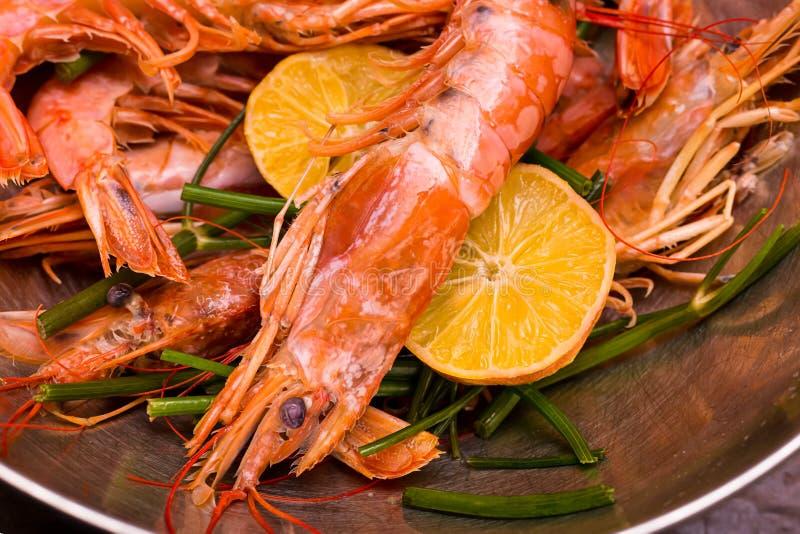 虾大桃红色整个与头和爪子和尾巴以切片啤酒快餐柠檬和莳萝特写镜头为背景  库存照片