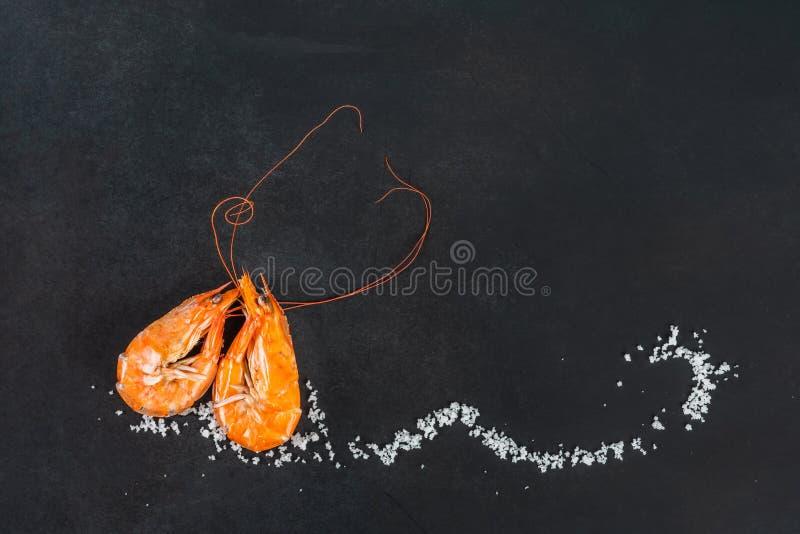虾心形和盐 库存照片