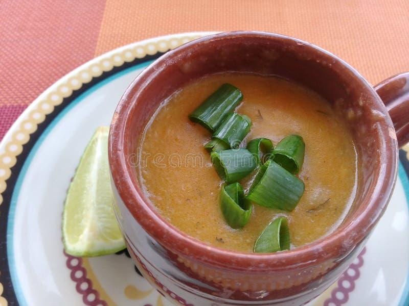 虾汤用在杯子的柠檬 免版税库存图片
