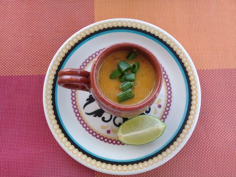 虾汤用在杯子的柠檬 库存图片