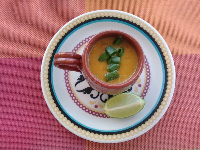虾汤用在杯子的柠檬 免版税图库摄影