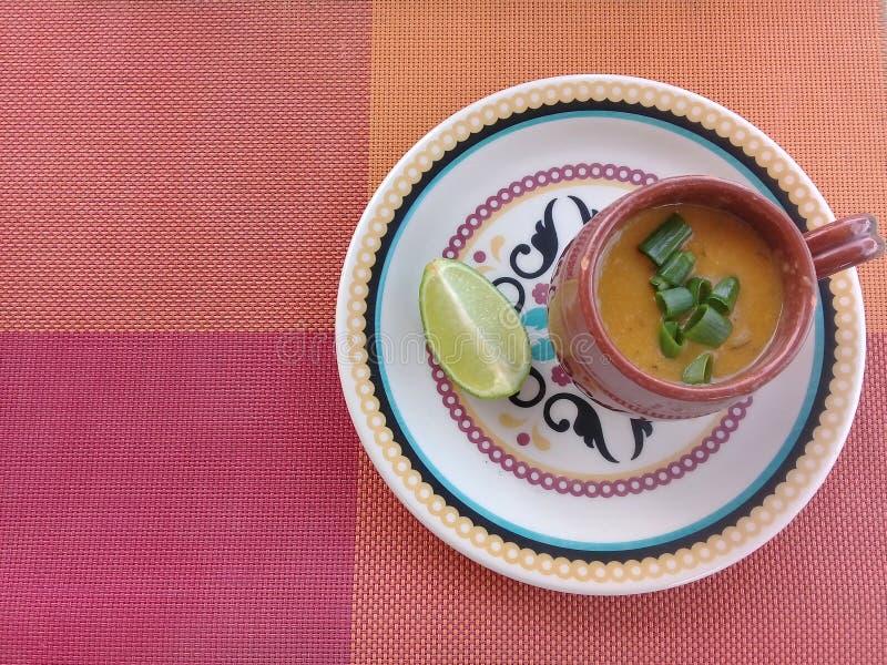虾汤用在板材的柠檬 免版税库存照片