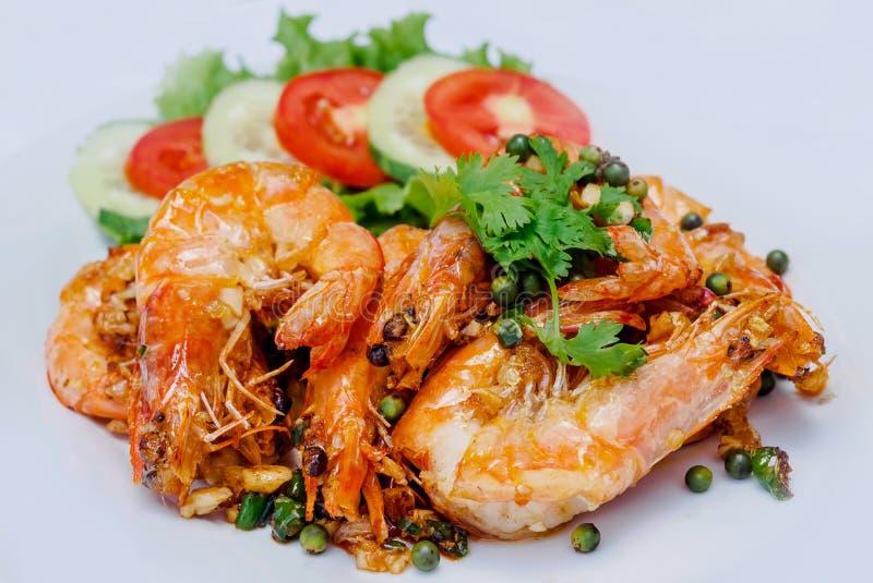 虾烘烤用在白色背景的胡椒 库存照片