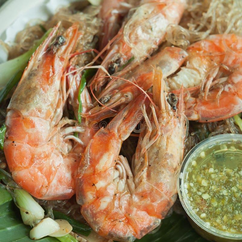 虾烘烤用细面条和海鲜调味料 免版税库存图片